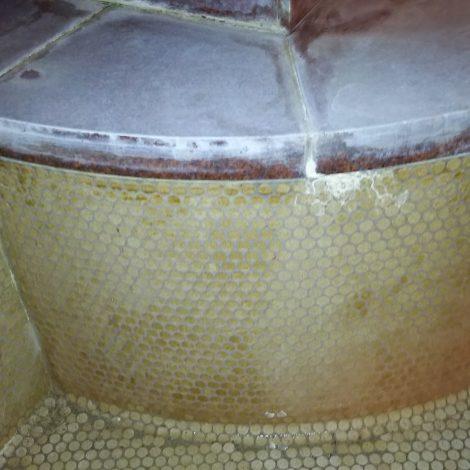温泉大浴場の温泉垢やエフロを特殊洗浄後に研磨して再生する