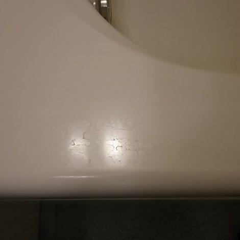 ユニットバス浴槽縁についたクリーニングでは落としきれない水垢