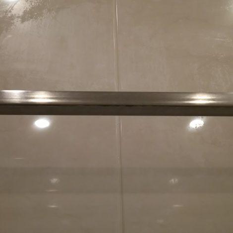 劣化したUB浴室壁面樹脂パネルを研磨して再生する