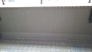 バルコニー床のエフロと腰壁の雨だれ汚れを特殊洗浄後研磨して再生する
