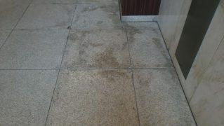 ロビーサビ石の水垢汚れ