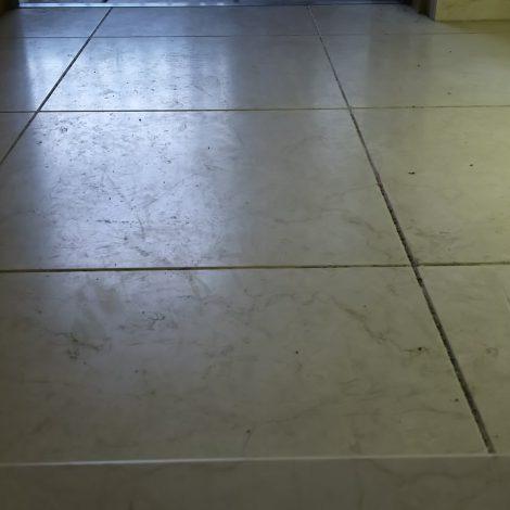 マンション玄関土間の傷んで傷つき光沢が失われた大理石床を研磨して再生する