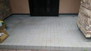 玄関先磁器タイルの汚れを研磨して再生する