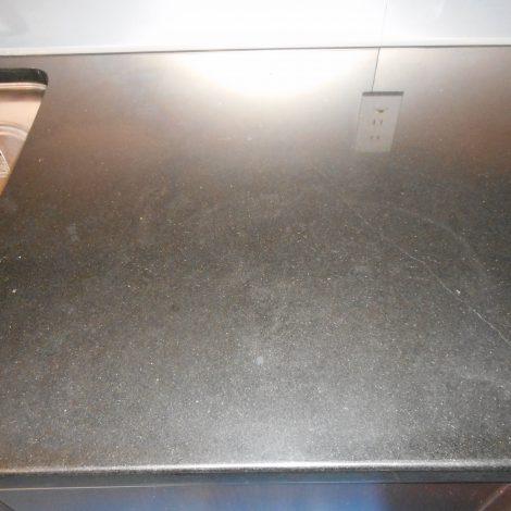 黒御影石カウンターの汚れを研磨して再生しました。