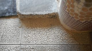 温泉垢汚れが堆積した御影石再生前
