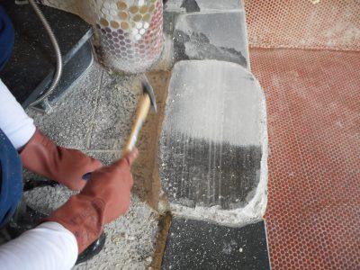 温泉大浴場の御影石にこびりついた温泉垢を物理的に除去