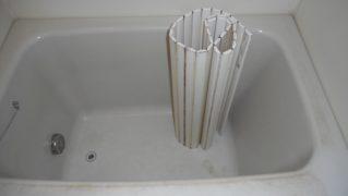 傷・水垢で汚れたFRP浴槽