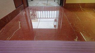 大理石の床を磨いて鏡面に仕上げる