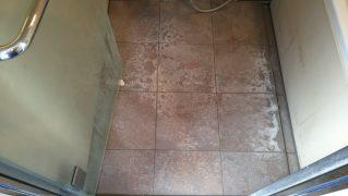 水垢エフロで汚れた御影石パラダイスの洗浄研磨前
